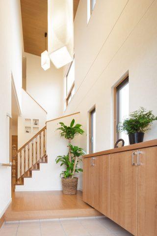 玄関 - 開放感を生み出す住まい - 山田建築店
