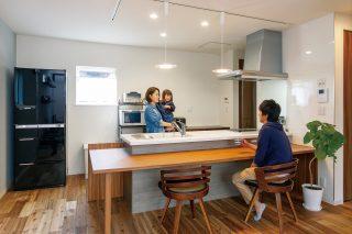 ダイニング・キッチン - 家事がしやすい動線+ゆとりある収納でアパート暮らしの不便さを解消した家 - 山田建築店