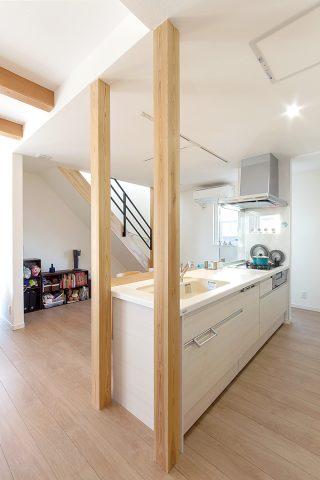 キッチン - ご主人が設計して作り上げた清々しい白い空間 - 山田建築店