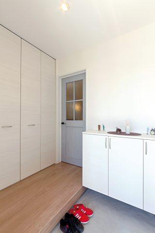 玄関 - ご主人が設計して作り上げた清々しい白い空間 - 山田建築店
