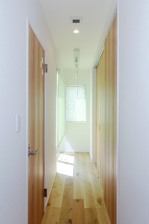 廊下 - 使い勝手もインテリアも大満足!大人世代の理想を叶えた家 - 山田建築店