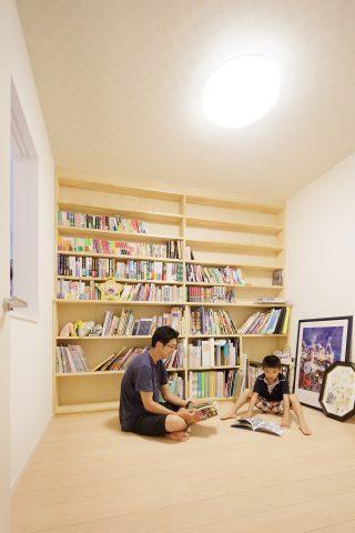 書斎 - ステンドグラスが映える白い住まい - 山田建築店