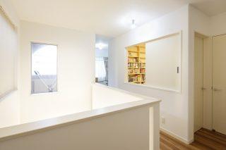 2階廊下 - ステンドグラスが映える白い住まい - 山田建築店