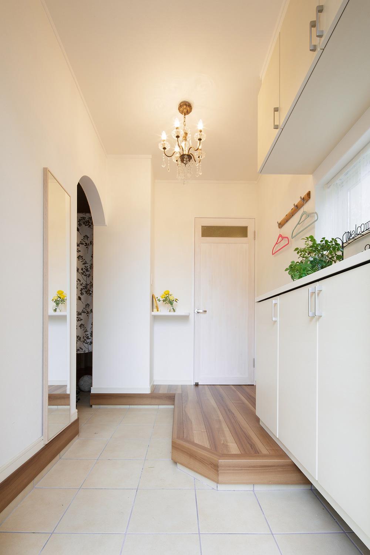 玄関 - ステンドグラスが映える白い住まい - 山田建築店