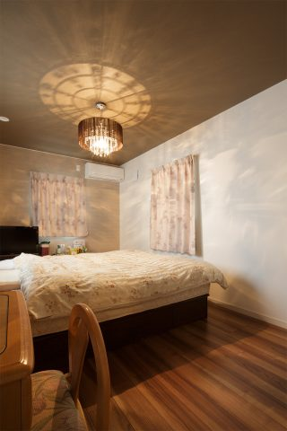寝室 - ステンドグラスが映える白い住まい - 山田建築店
