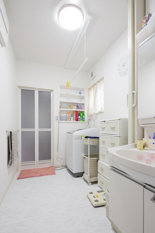 洗面脱衣室 - ステンドグラスが映える白い住まい - 山田建築店